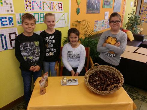 Tagessiegerin Livia (mit ihrer Füchse-Gruppe ): Sie löste die schwierigste Baum-Suchaufgabe im Hildegard-von-Bingen-Park! Und dafür gibt es Kastanien-Köstlichkeiten! :-)