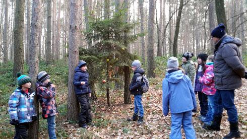 """Wir singen (leise!) beim Wald-Weihnachtsbaum der """"Hirsche""""."""