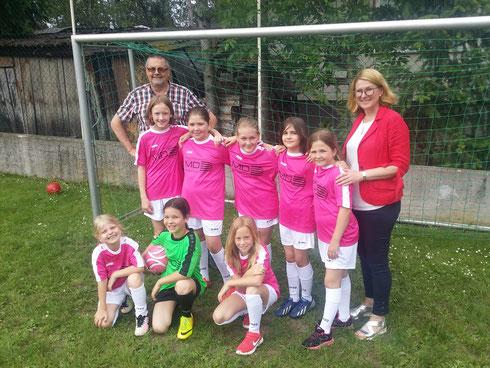 Die Fußball-Mädchen der 3. Schst. mit ihren neuen Dressen gesponsert von MicBau.at