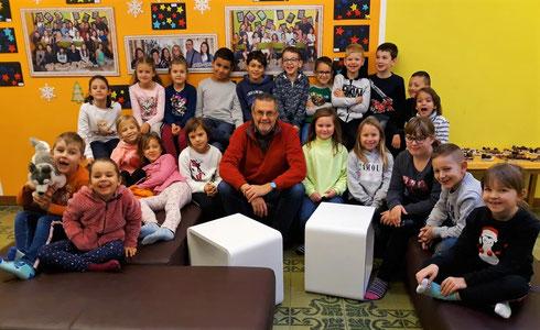 1.Klasse (1./2.Schst.) mit Ass.Lehrer Kappacher kurz vor seiner Pensionierung