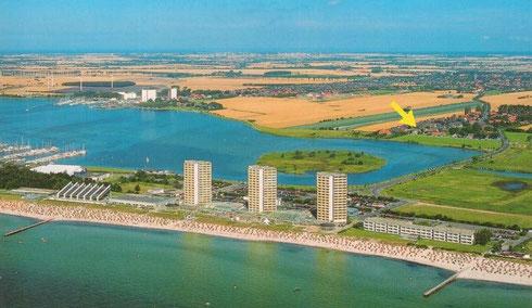 Vorne im Bild sehen Sie den beliebten Südstrand und oben links den Fischerei-Hafen Burgstaaken am Binnensee. Ihr Ferienhaus befindet sich am gelben Pfeil.