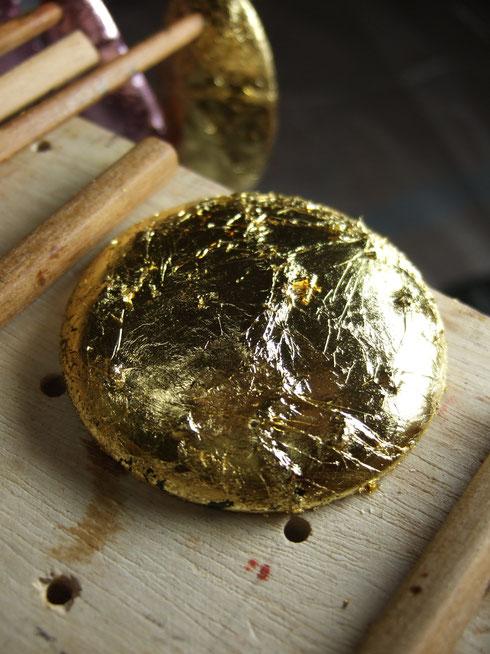 丸うるしブローチ。純金箔。