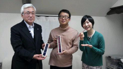 アナウンサーの田口麻衣さん、コメンテーターの迫勝則さんと一緒に