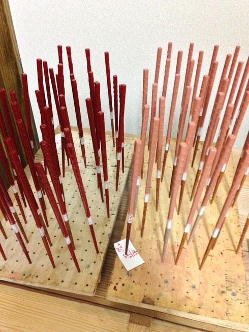 塗り中の「赤星」「桃星」。漆が乾くには湿度が70%以上必要。冬は乾燥していて乾きが悪いので、乾きの早い漆を使います。