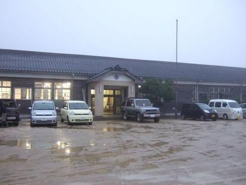 むかし懐かしい木造校舎。雨の日のがっこうを思い出しました。