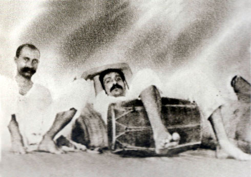 1922 : Meher Baba resting with Gustadji.