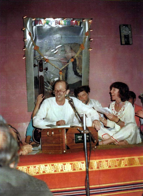 Johnny Kawwal, Rick Scheu and Rosalie O'Dunphy singing and Dadar playing tabla at thr Ahmednagar center,India -  1989