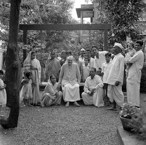 1960 ; Meher Baba visiting Bapusaheb Shinde's house in Poona. Photo taken by Meelan.