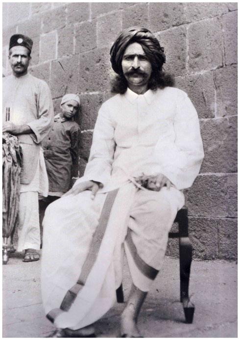 1928 : Meher Baba with Rusto ( Baidul ) Jafrabadi and boy student.