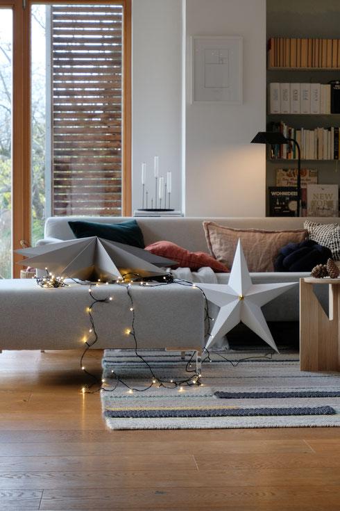 dieartigeBLOG // Wohnzimmer im November, Freistil-Sofa in Hellgrau + Lichterkette + Sterne
