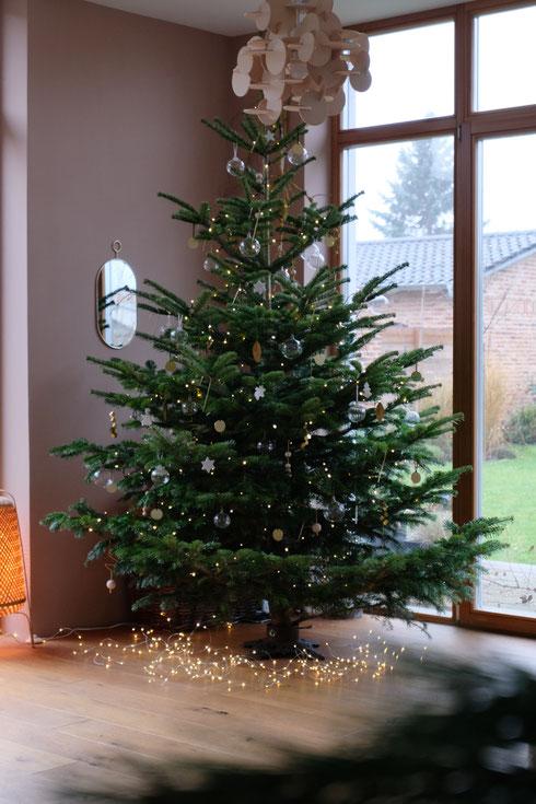 dieartigeBLOG // Wohnzimmer im Dezember, Weihnachtsbaum 2019, Nordmanntanne - nachhaltig + frisch geschlagen
