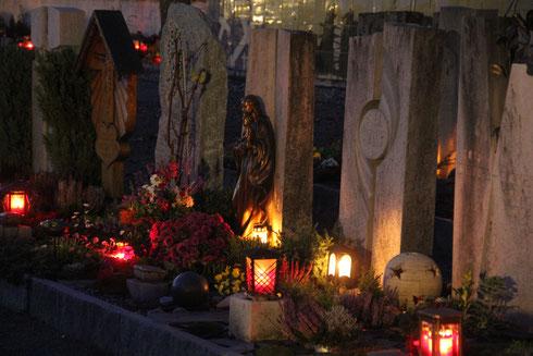 Besinnliche Stimmung an Allerheiligen auf dem Lüchinger Friedhof