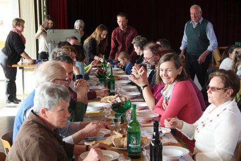 Gemeinsamer Suppen-Zmittag nach dem Gottesdienst im Pfarreiheim Lüchingen