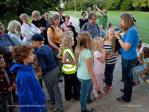 Christiane Schröder vor aufmerksamen Zuhörern, die nach der Dämmerung noch viel Interessantes und Fledermäuse in Natur erleben konnten.