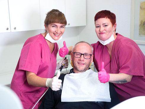 Zahnnotfall oder SOS - Zahnalarm. Dr. med. dent. Alina T. Ioana mit Patient und zahnmedizinischer Fachangestellten.