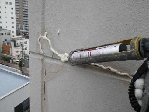 ロープで懸垂下降して雨漏り原因の外壁クラックを変性シリコンシールで補修
