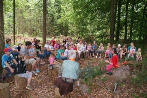 Waldmärchen-Erzählerinnen und Waldspiele für Kinder machen das Waldpicknick zu einem Familienausflug der besonderen Art.
