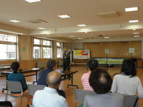 教室の開始前竹内勇夫先生のお話を聞いてる皆さん。