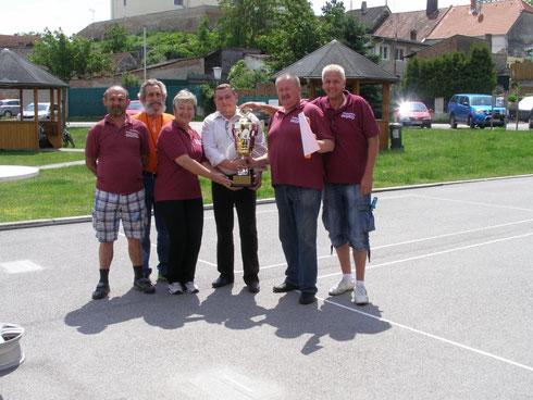 Ein Sieg unserer Mannschaft bei einer Pokalübergabe in Rabensburg