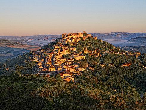 Cordes-sur-ciel village préféré des francais en 2014 situé à 1 heure des gites du Mas d'Aspech dans le Lot en Quercy