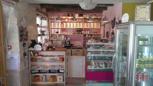 l'intérieur du salon de thé patisserie de Lalbenque dans le Lot 46
