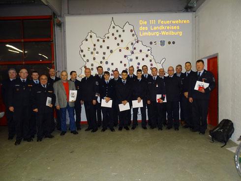 Bild: Bürgermeister Dr. Marius Hahn mit den geehrten Feuerwehrleuten