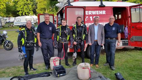 Von links nach rechts: 2. Vorsitzender Winfried Vogel, Tauchleiter Peter Bär, die Feuerwehrtaucher Kai Ahlbach und Kay Simon, Marius Hahn, 1. Vorsitzender Jürgen Hertzel