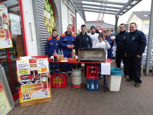 Foto: Limburger Jugendfeuerwehr beim Wurstverkauf im  Edeka Blumenrod