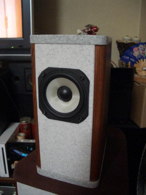 Vifaの8cmフルレンジを使って、約4.5リッターの箱容積で制作しました。音像定位が抜群に良く、お客様のお気に入りの一つになりました。