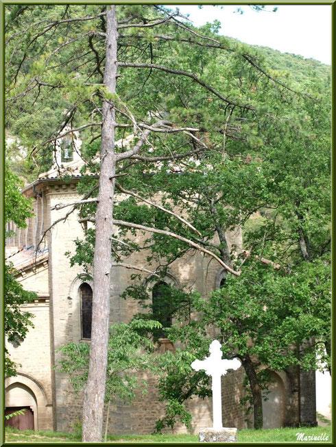 Façade arrière de l'église de l'Ermitage Saint Gens, village de Le Beaucet, Lubéron (84)