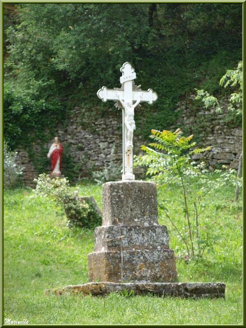 Croix près de la chapelle extérieure de l'Ermitage Saint Gens, village de Le Beaucet, Lubéron (84)