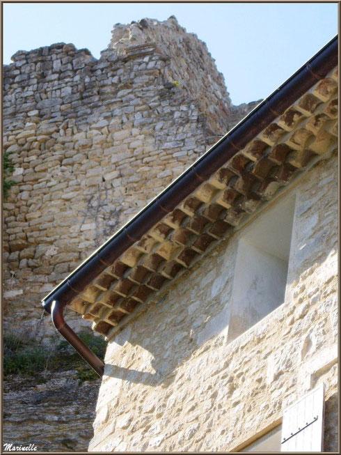 Vieil avant-toit typique d'une bâtisse restaurée et ruines en fond de décor dans le village de Le Beaucet, Lubéron (84)