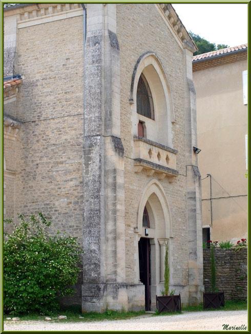 Façade d'entrée de l'église de l'Ermitage Saint Gens, village de Le Beaucet, Lubéron (84)