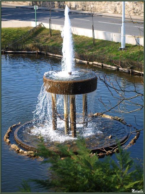 Jet d'eau du bassin à l'entrée du Parc de la Chêneraie à Gujan-Mestras (Bassin d'Arcachon)