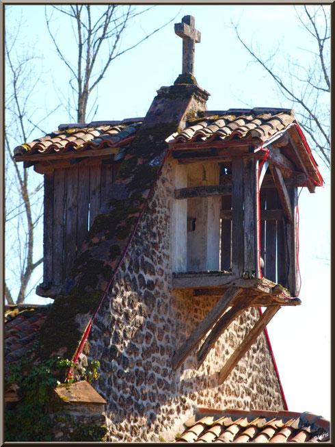 Le clocher-mur de la chapelle Saint-Roch à Saugnacq-et-Muret (40), vu de côté