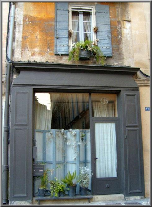 Façade ex-commerçante dans une ruelle centre ville à Saint Rémy de Provence, Alpilles (13)