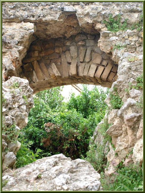 Une des arches de l'aqueduc à Fontvielle dans les Alpilles, Bouches du Rhône