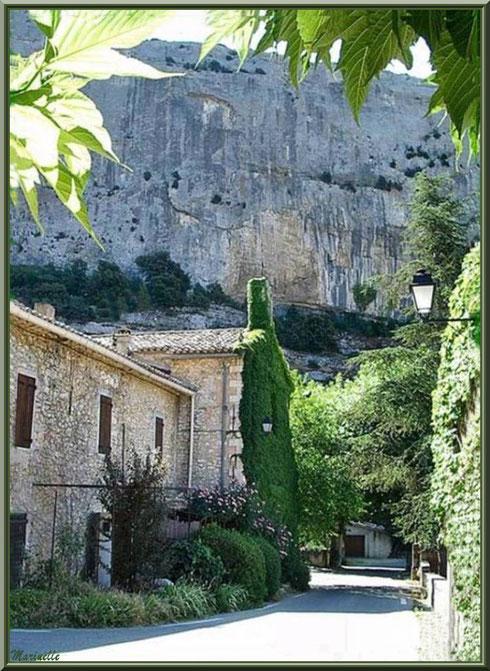 Ruelle menant à l'église romane Saint Romain, village du Lioux, Lubéron (84)