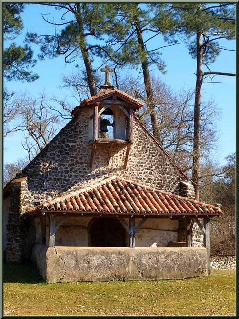 Façade de la chapelle Saint-Roch au milieu de l'airial à Saugnacq-et-Muret (40)