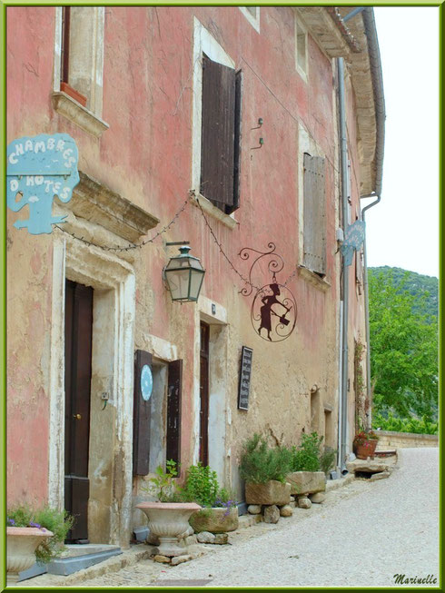 Maison avec chambres d'hôtes et restaurant dans le village d'Oppède-le-Vieux, Lubéron (84)