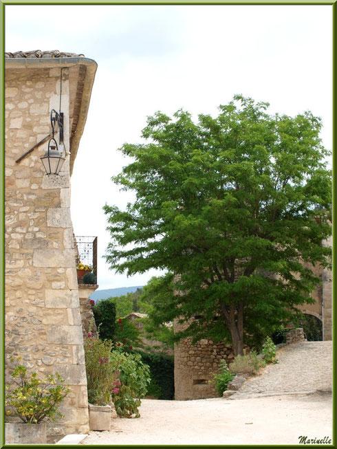 Ruelle dans le village d'Oppède-le-Vieux, Lubéron (84)