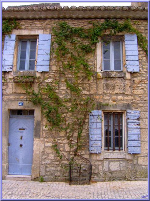 Façade d'une bâtisse dans une ruelle en centre ville à Saint Rémy de Provence, Alpilles (13)