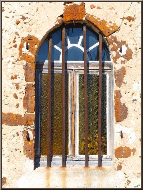 Une des fenêtres de côté de la chapelle Saint-Roch à Saugnacq-et-Muret (40)