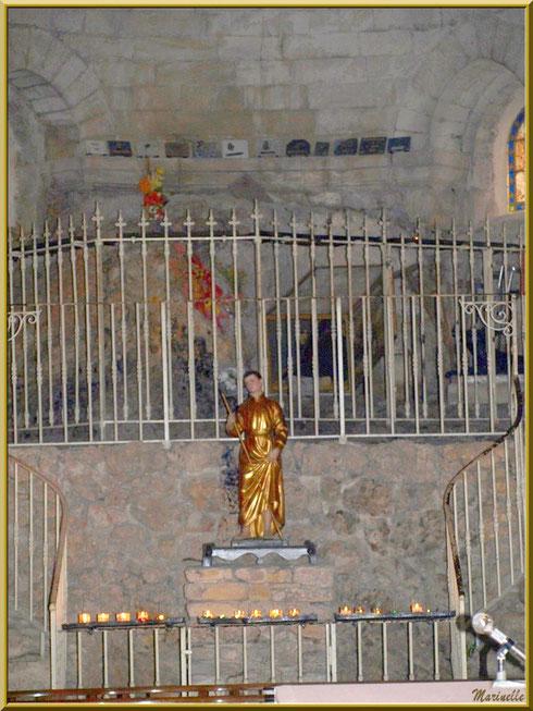 Autel de prières avec la statue Saint Gens et au-dessus son tombeau, église de l'Ermitage Saint Gens, village de Le Beaucet, Lubéron (84)