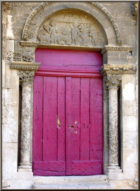 La chapelle Saint Gabriel à Saint Etienne du Grès dans les Alpilles (Bouches du Rhône) : la porte d'entrée est malheureusement fermée !