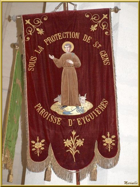 Fanion de procession de la paroisse d'Eyguières dans l'église de l'Ermitage Saint Gens, village de Le Beaucet, Lubéron (84)