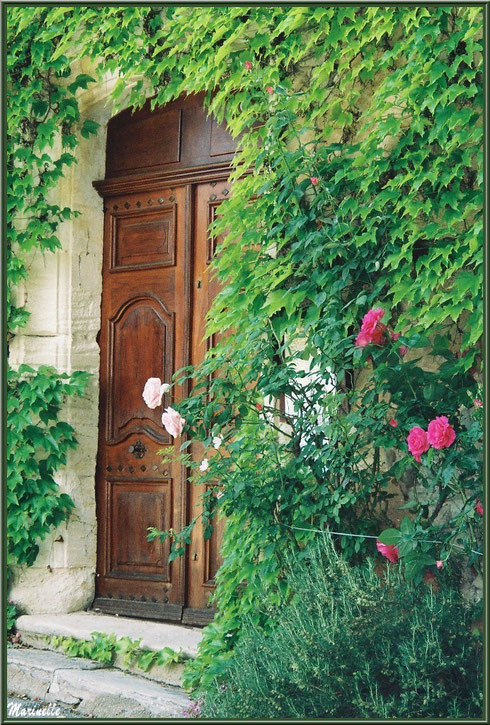 Porte d'entrée de l'église romane Saint Romain, village de Lioux, Lubéron (84)