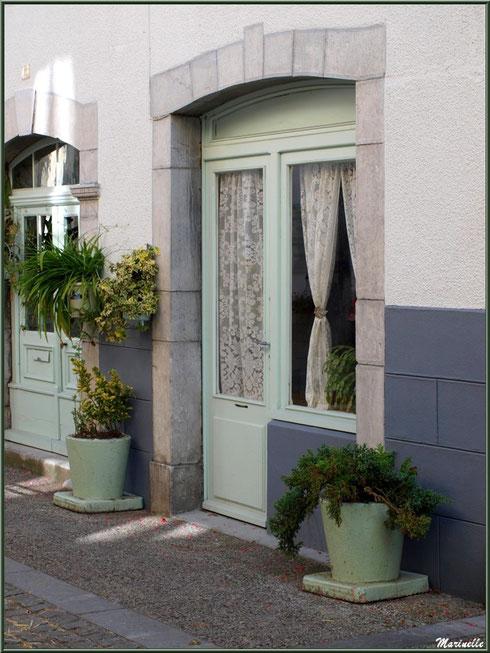 Pas de porte verdoyant dans le village de Laruns, Vallée d'Ossau (64)