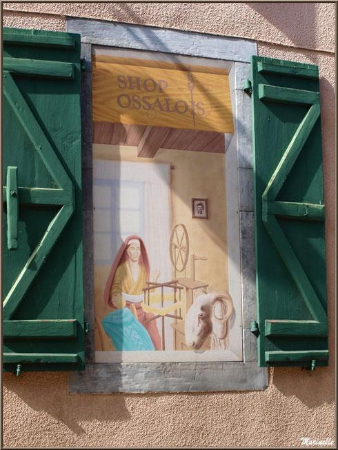 Fenêtre commerçante en trompe l'oeil, village de Laruns, Vallée d'Ossau (64)