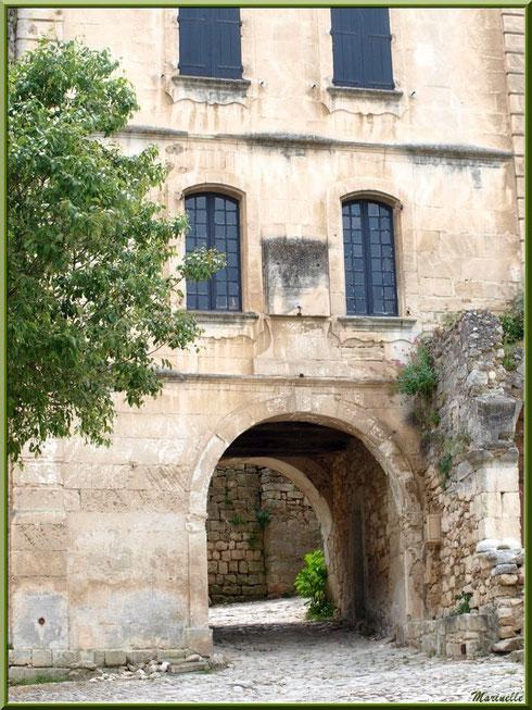 Vieille bâtisse et soustet (proche au-dessus d'une ruelle) dans le village d'Oppède-le-Vieux, Lubéron (84)